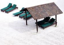 海滩睡椅松弛沙子风雨棚白色 库存照片