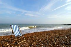 海滩睡椅海岸线 免版税库存图片