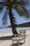 海滩睡椅海洋 免版税库存照片