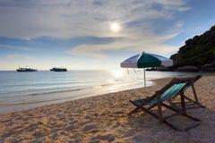 海滩睡椅海运集合副星期日木头 库存照片
