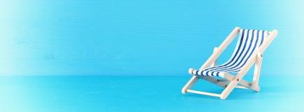 海滩睡椅的图象在蓝色背景的 免版税图库摄影