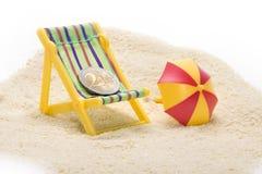 海滩睡椅硬币欧元 免版税图库摄影