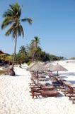 海滩睡椅行侧视图 库存图片