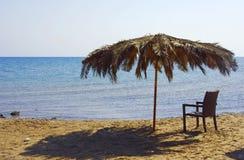 海滩睡椅遮阳伞 库存图片