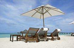 海滩睡椅遮阳伞 免版税图库摄影