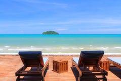 海滩睡椅风景与蓝色海景 免版税图库摄影