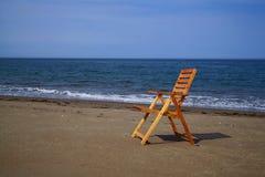 海滩睡椅风景海边视图 免版税库存图片