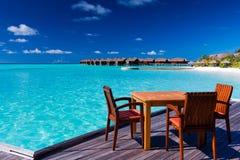 海滩睡椅餐馆表 免版税库存照片