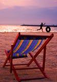 海滩睡椅黄昏可折叠 免版税图库摄影