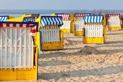 海滩睡椅strandkorb在北德国 免版税库存照片
