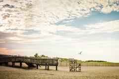海滩码头救生员椅子日落 免版税库存图片