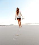 海滩离开的走 免版税库存图片