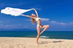 海滩秀丽比基尼泳装穿的舞蹈演员姿势 库存图片