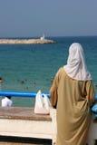 海滩穆斯林妇女 图库摄影