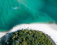 海滩空中夏天用小船和蓝色热带水 美丽的戈尔德比尤特热的寄生虫射击与小船和流沙 库存图片