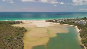 海滩空中寄生虫视图在Currimundi湖,Caloundra,阳光海岸,昆士兰,澳大利亚的 股票录像
