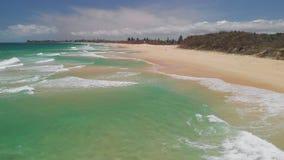 海滩空中寄生虫视图在Currimundi湖,Caloundra,阳光海岸,昆士兰,澳大利亚的 影视素材