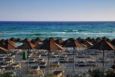 海滩空的夜间伞 库存图片