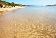 海滩空的波纹铺沙水 库存图片