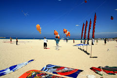 海滩竞争风筝西西里岛夏天 免版税库存照片