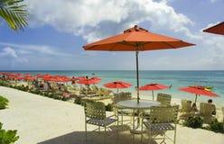 海滩红色伞 免版税库存照片
