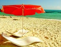 海滩红色伞 免版税库存图片