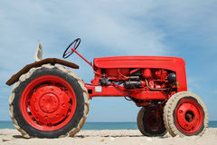 海滩红色拖拉机 免版税库存照片