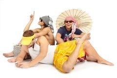 海滩组人坐的主题年轻人 免版税库存照片