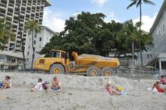 海滩维护移动项目沙子waikiki 免版税图库摄影
