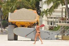海滩维护移动项目沙子waikiki 库存照片