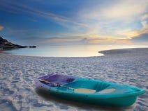 海滩绿色皮船沙子海运 免版税库存照片