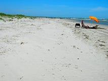 海滩美丽如画的含沙白色 库存图片