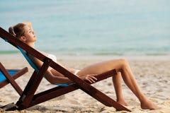 海滩美丽的休息室泰国妇女 库存照片