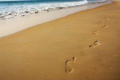 海滩美丽的作用脚印脚步起了波纹被风吹沙子含沙陈列的线索 库存照片