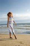 海滩美丽的女孩海运 库存照片