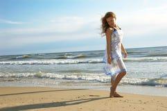 海滩美丽的女孩海运 免版税库存图片