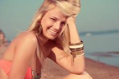 海滩美丽的女孩纵向 库存照片