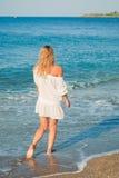 海滩美丽的女孩结构年轻人 库存照片