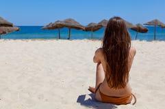 海滩美丽的女孩 图库摄影