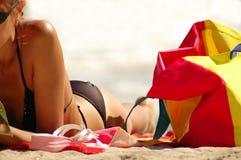 海滩美丽的女孩 免版税库存图片