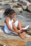 海滩美丽的女孩 免版税库存照片