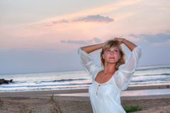 海滩美丽的妇女年轻人 图库摄影