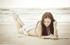 海滩美丽的妇女 免版税图库摄影