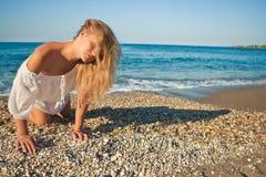 海滩美丽的姿势年轻人 免版税库存图片