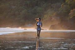 海滩美丽的年轻人 图库摄影