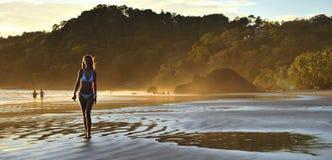 海滩美丽的年轻人 免版税库存图片