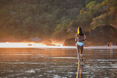 海滩美丽的年轻人 库存图片