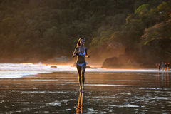 海滩美丽的年轻人 免版税图库摄影