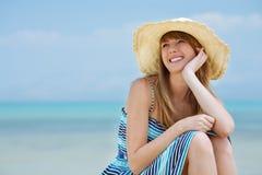 海滩美丽的微笑的妇女年轻人 免版税库存照片