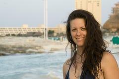 海滩美丽的微笑的妇女 免版税图库摄影